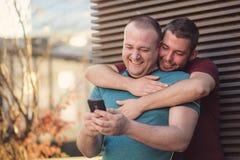 Deux hommes dans des relations un jour occasionnel dehors Photos libres de droits