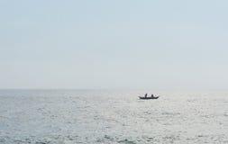 Deux hommes dans le bateau de pêche Image stock