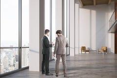 Deux hommes dans le lobby de bureau Photos stock