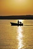 Deux hommes dans un bateau Photos stock