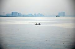 Deux hommes dans un bateau Photo libre de droits