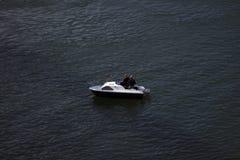 Deux hommes dans un bateau Images libres de droits