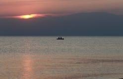 Deux hommes dans un bateau Image stock