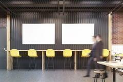 Deux hommes dans un café avec deux affiches horizontales Photos libres de droits
