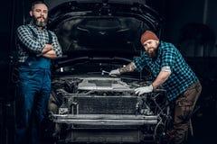 Deux hommes dans un garage Image libre de droits