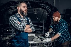 Deux hommes dans un garage Photo stock