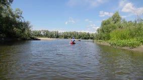 Deux hommes dans un radeau de canoë sur la rivière clips vidéos