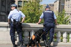 Deux hommes de police avec un chien policier obéissant la démonstration chez Ur photographie stock libre de droits