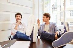 Deux hommes de youn faisant une pause Photo stock