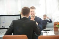Deux hommes discutent la croissance de la société, regardant le graphique en hausse sur un écran d'ordinateur Images libres de droits
