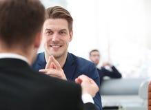 Deux hommes discutent la croissance de la société, regardant le graphique en hausse sur un écran d'ordinateur Photographie stock libre de droits