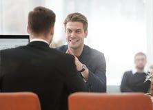 Deux hommes discutent la croissance de la société, regardant le graphique en hausse sur un écran d'ordinateur Photo stock