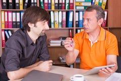 Deux hommes discutent sur la réunion Photo libre de droits