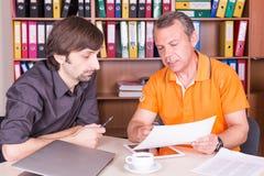 Deux hommes discutent sur la réunion Photos libres de droits