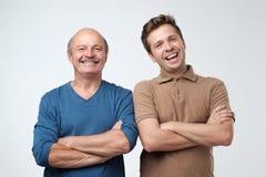 Deux hommes et fils riant ayant une bonne humeur photographie stock libre de droits