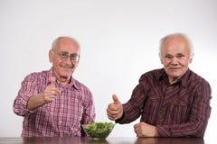 Deux hommes et salade verte images libres de droits