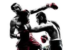 Deux hommes exerçant la silhouette thaïlandaise de boxe Photos libres de droits