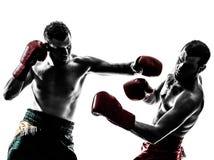 Deux hommes exerçant la silhouette thaïlandaise de boxe photo stock