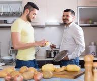 Deux hommes faisant cuire à la maison Image libre de droits