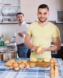 Deux hommes faisant cuire à la maison Photographie stock libre de droits