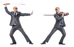Deux hommes figthing avec l'épée d'isolement sur le blanc Photographie stock libre de droits