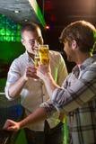 Deux hommes grillant avec le verre de bière Image stock
