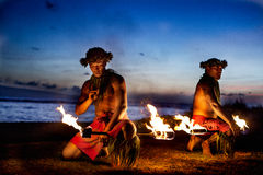 Deux hommes hawaïens prêts à danser avec l'incendie