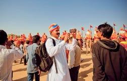 Deux hommes indiens faisant des portraits de photo avec le téléphone portable pendant le festival de désert Images libres de droits