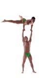 Deux hommes intenses affichent le rendement gymnastique d'isolement Image stock