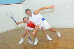 Deux hommes jouant au squash images stock