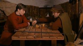 Deux hommes jouant le jeu de soci?t? populaire de strat?gie - tafl banque de vidéos