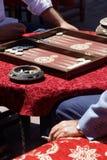 Deux hommes jouant un jeu de backgammon Photos stock
