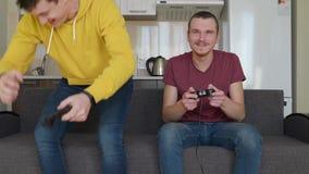 Deux hommes jouent le jeu vidéo et perdent clips vidéos