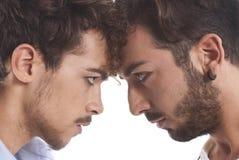 Deux hommes les uns contre les autres Photographie stock