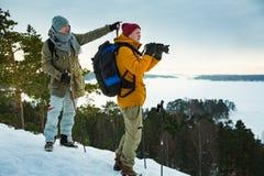 Deux hommes mûrs avec explorer la Finlande en hiver photo libre de droits