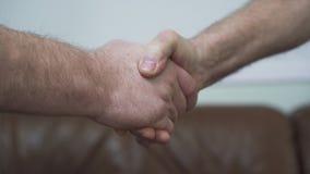 Deux hommes mûrs supérieurs se serrant la main étroitement  Amitié des vieux amis Les gens sont dans de bonnes relations Cuir banque de vidéos