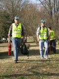 Deux hommes marchant avec l'extincteur dans leurs mains Photographie stock libre de droits