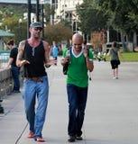 Deux hommes marchant et causant sur la rue de Jacksonville photos libres de droits