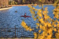 Deux hommes montent un kayak photographie stock libre de droits
