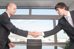 Deux hommes négocient la succession Photo stock