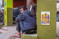 Deux hommes népalais attendant près d'une école photo stock