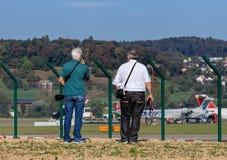 Deux hommes observant l'aéroport de Zurich Images libres de droits