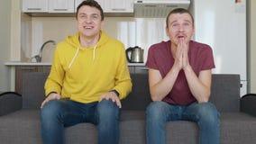 Deux hommes observent un match de football sur diff?rentes ?quipes de TV et de soutien clips vidéos