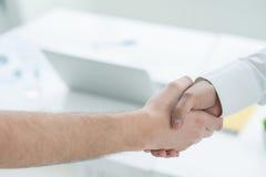 Deux hommes occasionnels se serrant la main Photo libre de droits