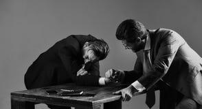 Deux hommes ou hommes d'affaires luttant avec les bras, combat pour la direction Photographie stock libre de droits