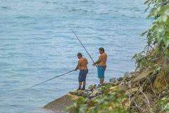 Deux hommes pêchant au rivage Tibau font Sul Brésil Image stock