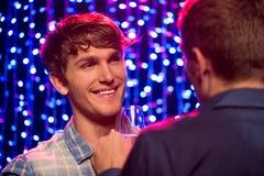 Deux hommes parlant à la partie dans la boîte de nuit Image stock