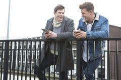 Deux hommes parlant dans la ville Photo stock