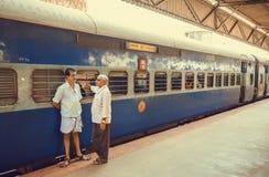 Deux hommes parlant et disant au revoir sur la plate-forme de la gare ferroviaire Photo libre de droits