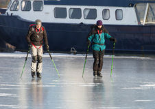 Deux hommes patinant sur la glace brillante Images libres de droits